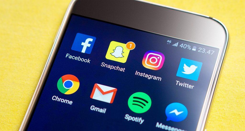 Smartphone mit Social Media Icons